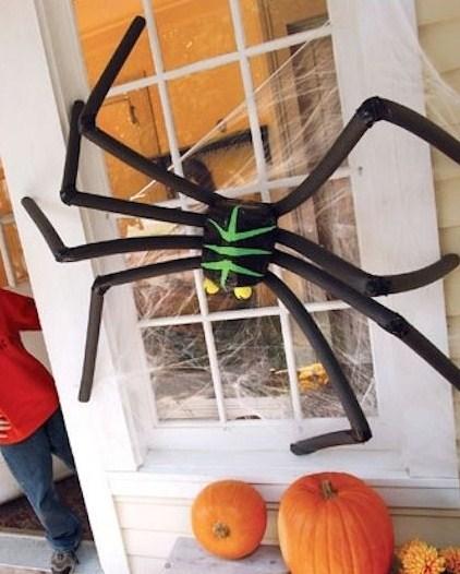 Arañas en las fachadas para halloween