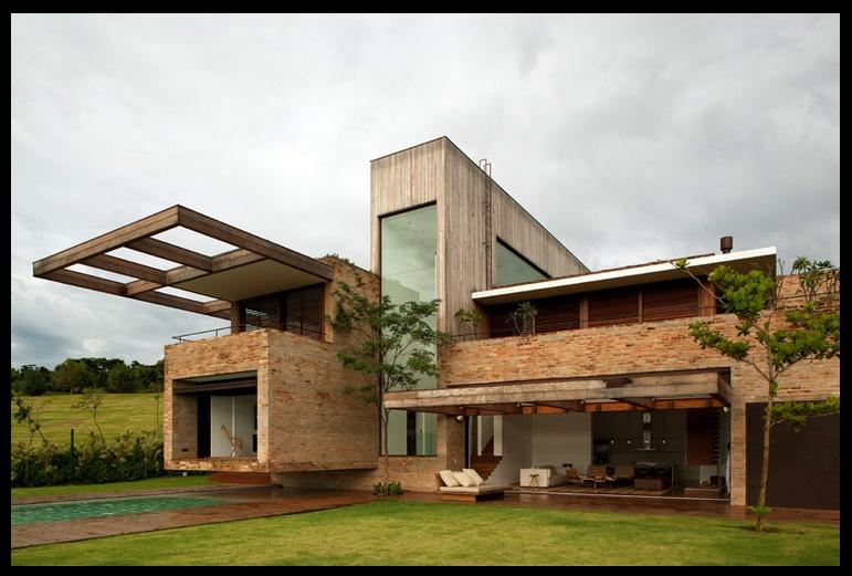 Fachada de ladrillo en casa moderna