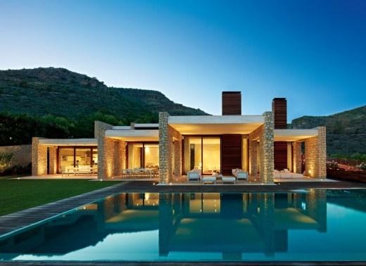 Fachada trasera de casa moderna con pileta