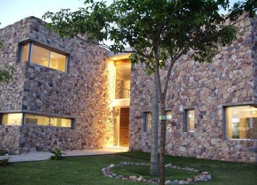 Fachadas de casas en piedra natural e irregular