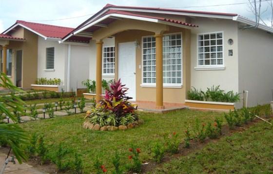 Fachadas de casas pequeñas con jardin delantero