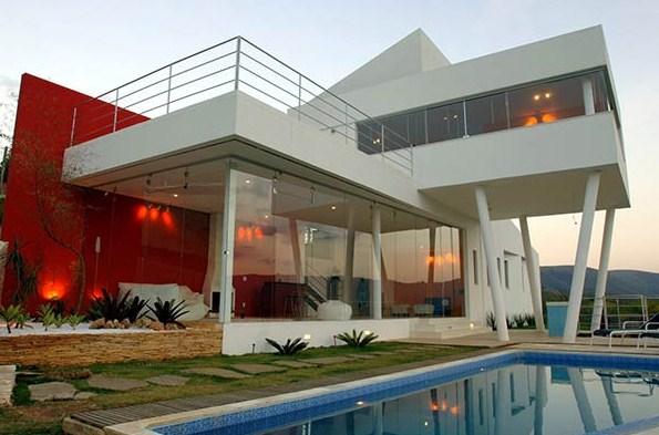 Fotos de casa moderna con piscina en la ladera
