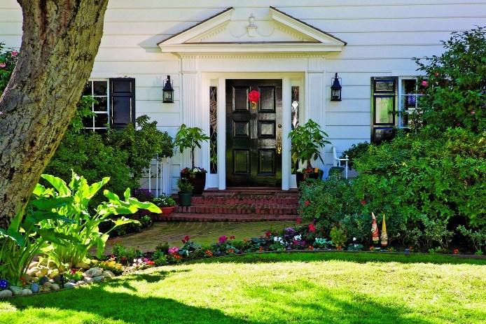 Frentes de casas con jardin con flores
