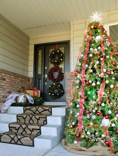Fachadas de casas con adornos navide os for Arreglos navidenos para puertas 2016
