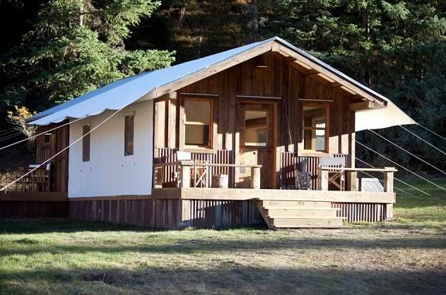 Bonitas casas de madera en el bosque