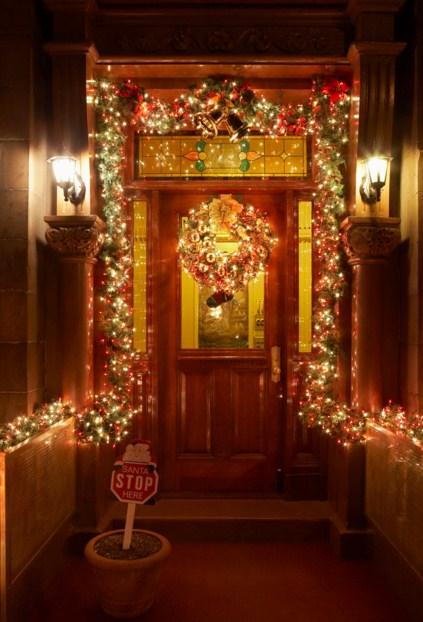 Entradas de casas con luces navideñas