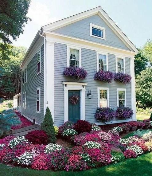 Fachada de casas con jardin de flores