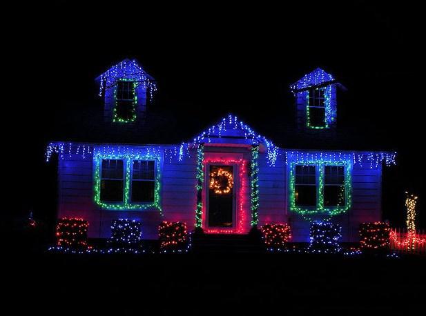 Fachadas adornadas para navidad con guirnaldas de luces