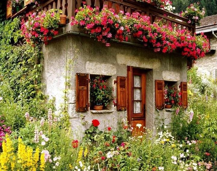 Fachadas con flores en los balcones
