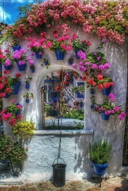 Fachadas de casas con macetas con flores
