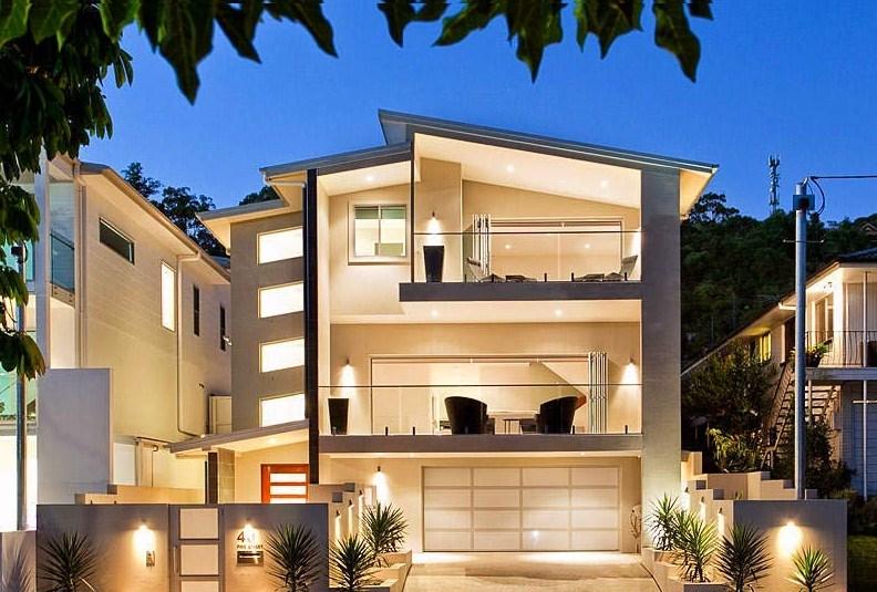 Fachadas de casas con terraza y balcones