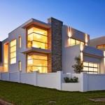 Frentes de casas con ventanales fijos