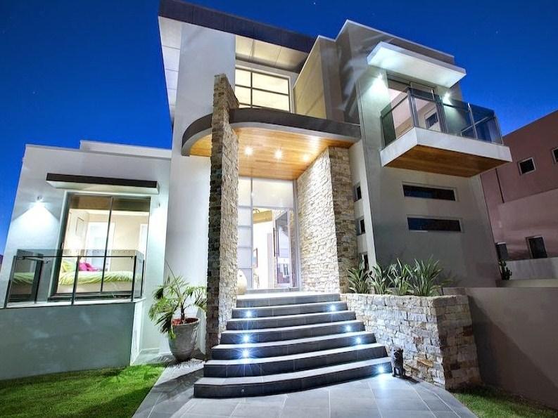 Fachadas de casas de dos pisos con escaleras en el exterior