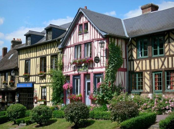 Fachadas de casas grandes con flores