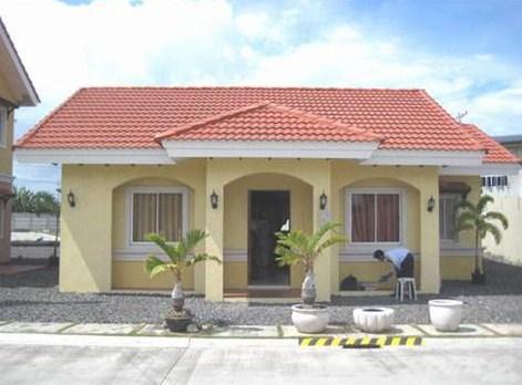 Fachadas de casas pequeñas con arcos y techos a dos aguas