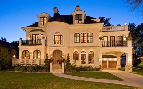 Fachadas de mansiones con faroles