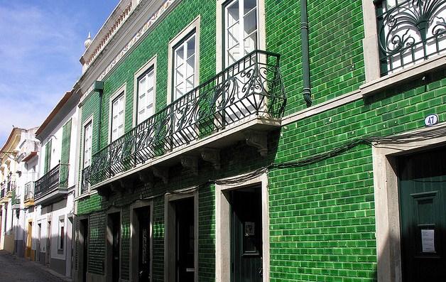 Frentes de casas con mosaicos verdes