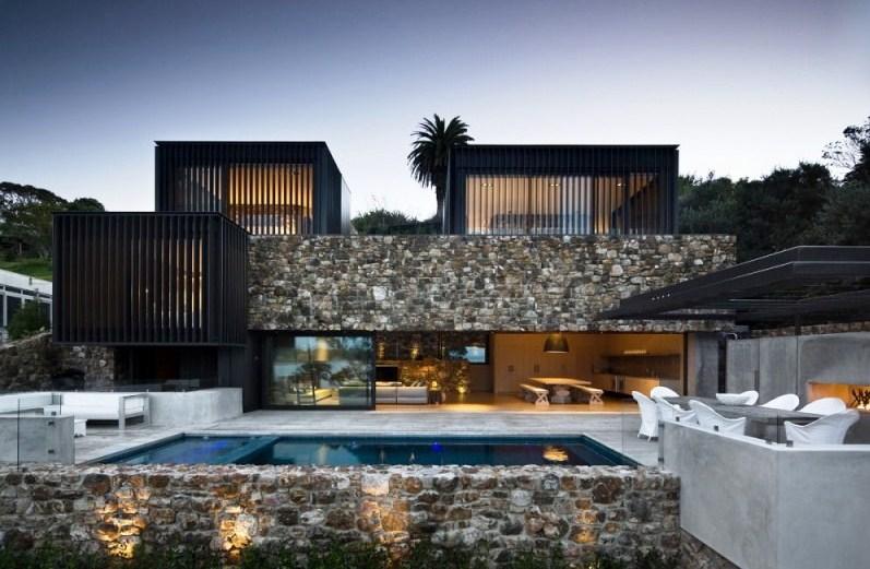 Frentes de casas con muros de piedra
