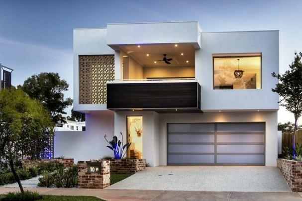 Frentes de casas pintados de blanco
