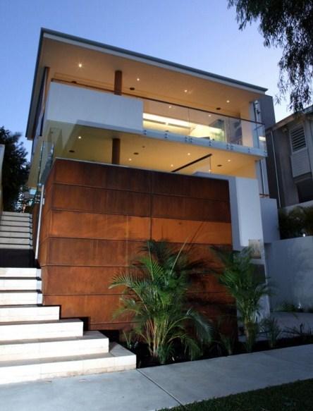 Casas con escaleras en la fachada