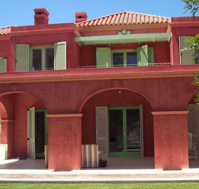 Fachadas de casas coloniales con tarquini