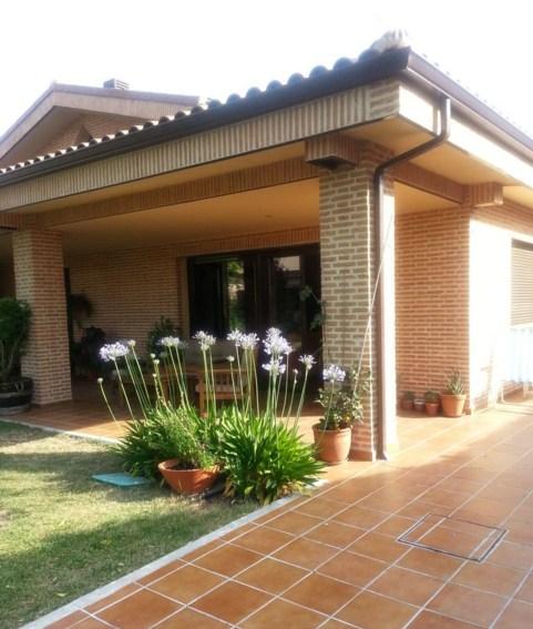 Fachadas de casas con baldosas color ladrillo