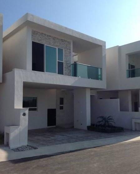 Fachadas de casas con barandal de vidrio