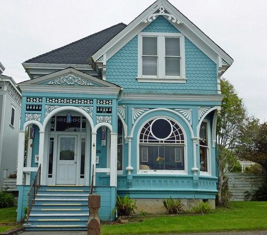 Fachadas de casas de color celeste y blanco