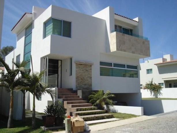 Fachadas de casas  de dos pisos con escaleras