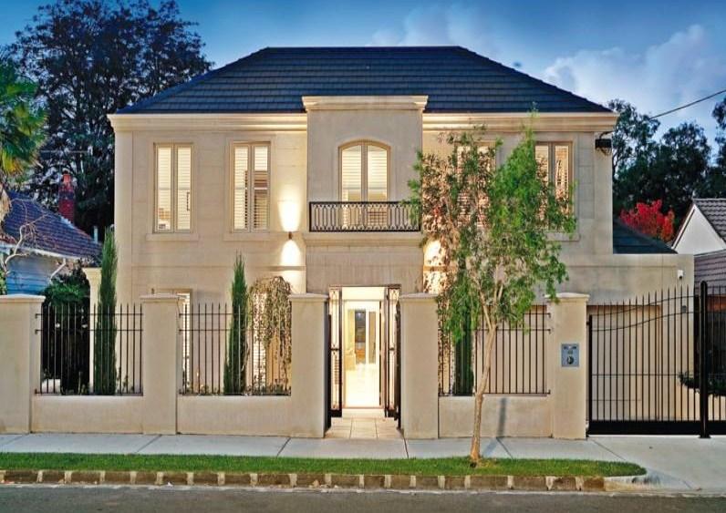 Frentes de casas con rejas verticales for Classic house facades