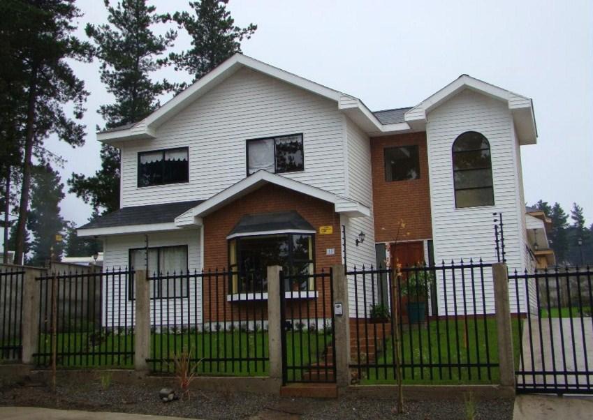 Fachadas de casas pequeñas con rejas verticales