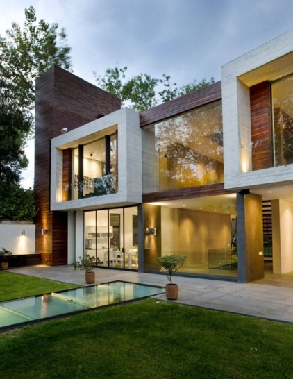 Fachadas de dos pisos con ventanas grandes