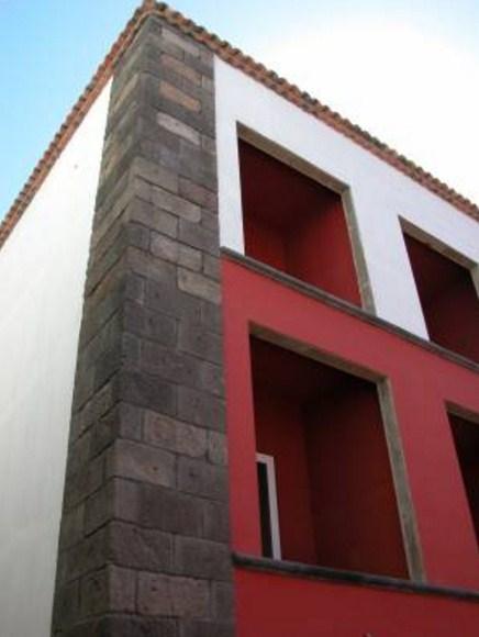 Detalles de piedra volcanica en fachadas