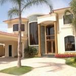 Fachada de casa con columnas