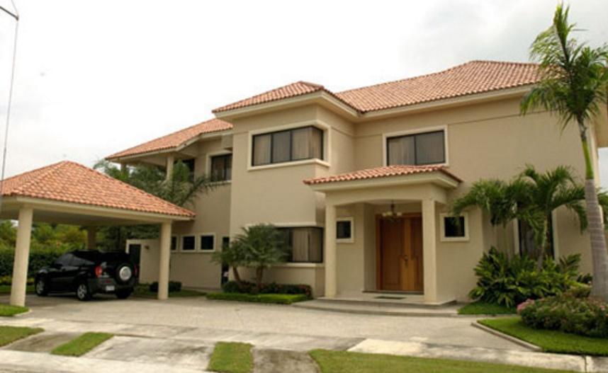 Fachada de casa grande y lujosa