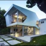 Fachada de casa moderna con amplios vidrios