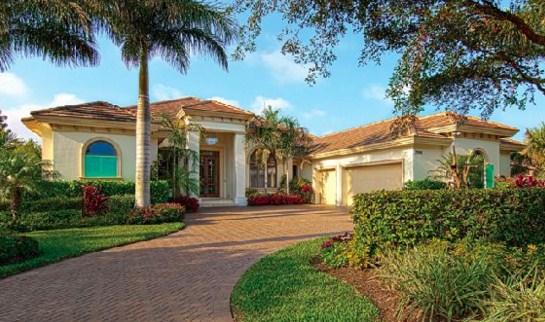 Fachadas de casas con palmeras