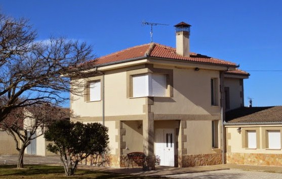 Fachadas de casas con zocalo de piedra