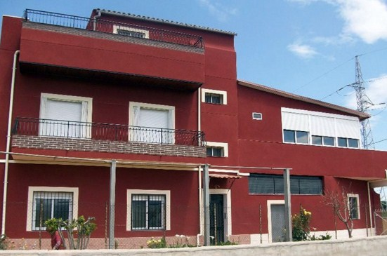 Fachadas de casas con zocalos pintados de blanco