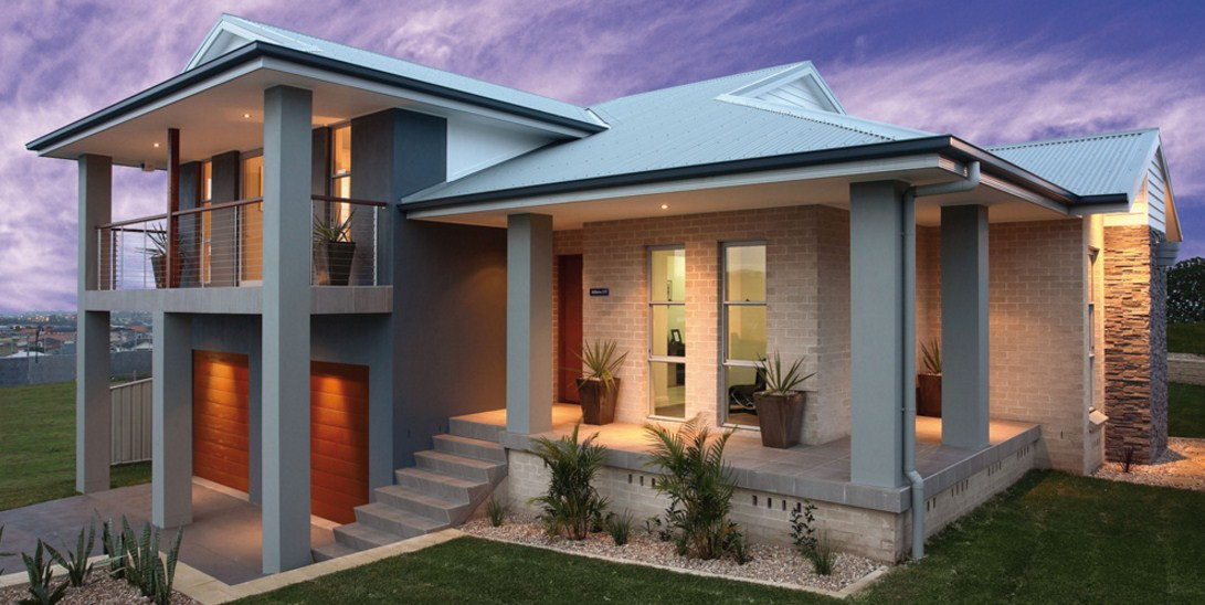 Fachadas de casas de dos pisos con jardín pequeño