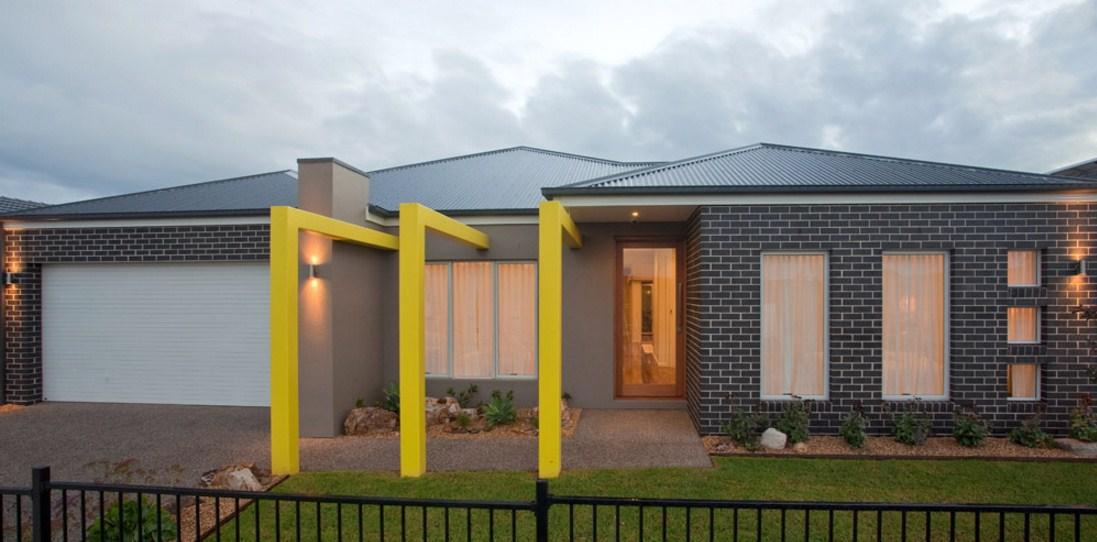 Fachadas de casas de un piso con cochera eléctrica