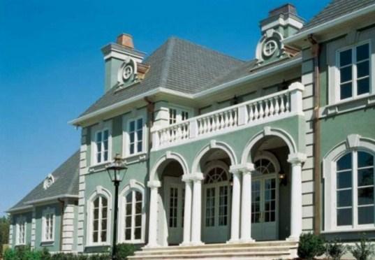 Fachadas de casas grandes con columnas redondas