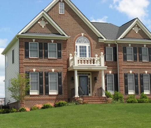 Fachadas de casas grandes con ladrillos rusticos