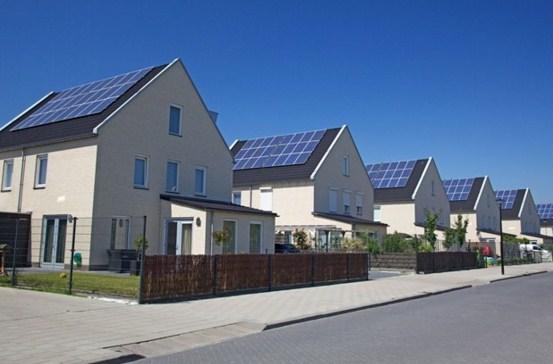 Casas con paneles solares en los tejados