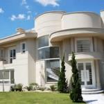 Fachada de casa con forma irregular