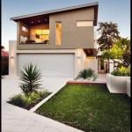 Fachada de casa con techo inclinado y garage doble