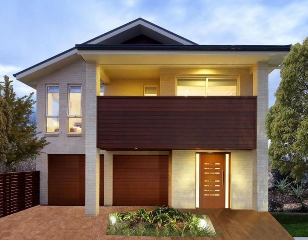 Fachada de casa de dos pisos con amplio balcón de madera