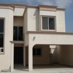 Fachada de casa estilo mediterraneo con cochera