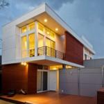 Fachada de casa moderna con balcón sobresaliente