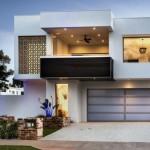 Fachada de casa moderna con balcón y cochera doble